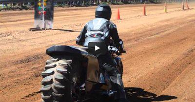 Dreckiges Drag-Rennen: Mit dem Motorrad über die Staubpiste
