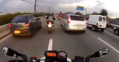 [VIDEO] Verrückter Motorradfahrer rast durch Berufsverkehr