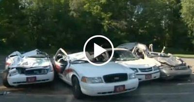 Polizeiautos werden von Traktor überrollt