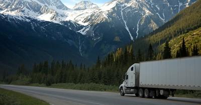 Riskantes Spektakel: Dieser LKW wird von einem Mini-Cooper ausgebremst