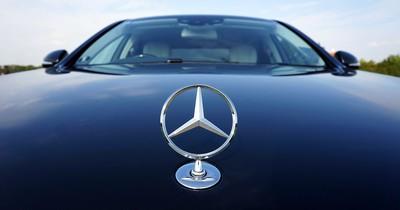 Polizisten erteilen Mercedes-Fahrer eine wohlverdiente Lektion