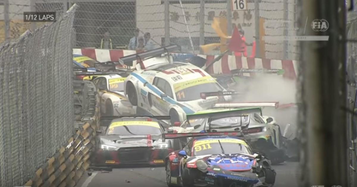 Massen-Karambolage bei Autorennen