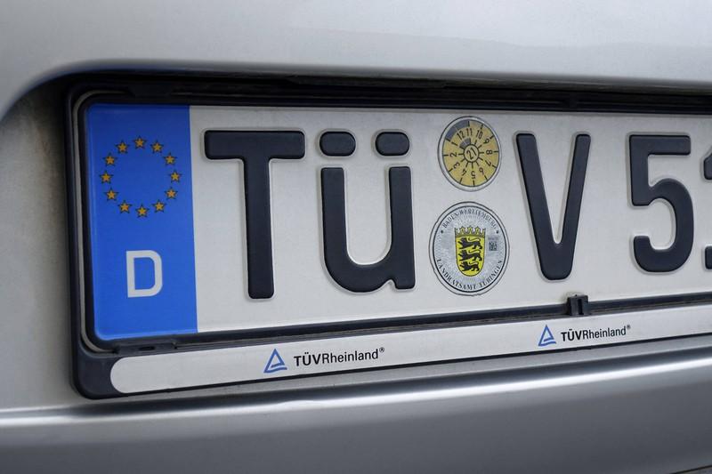 Gut sichtbar am Nummernschild: Die gelbe TÜV-Plakette