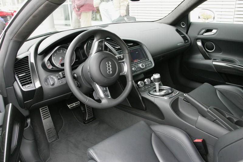 Zu sehen ist das Cockpit eines Audi R8.