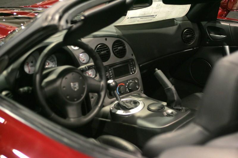 Zu sehen ist das Cockpit eines Dodge Viper.