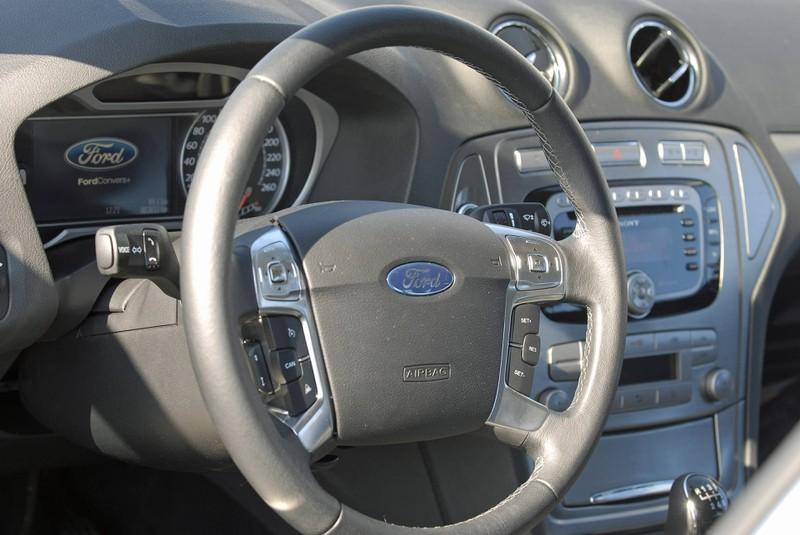 Zu sehen ist das Cockpit eines Ford Mondeo.