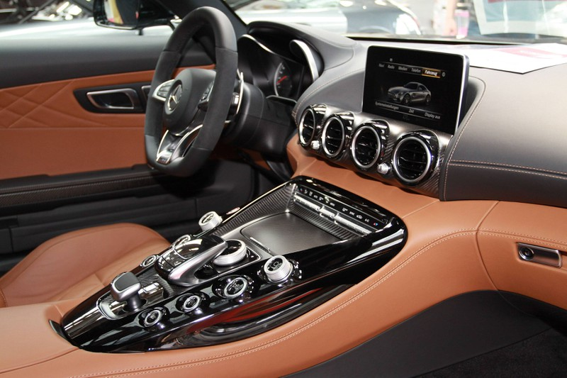Zu sehen ist das Cockpit eines Mercedes.