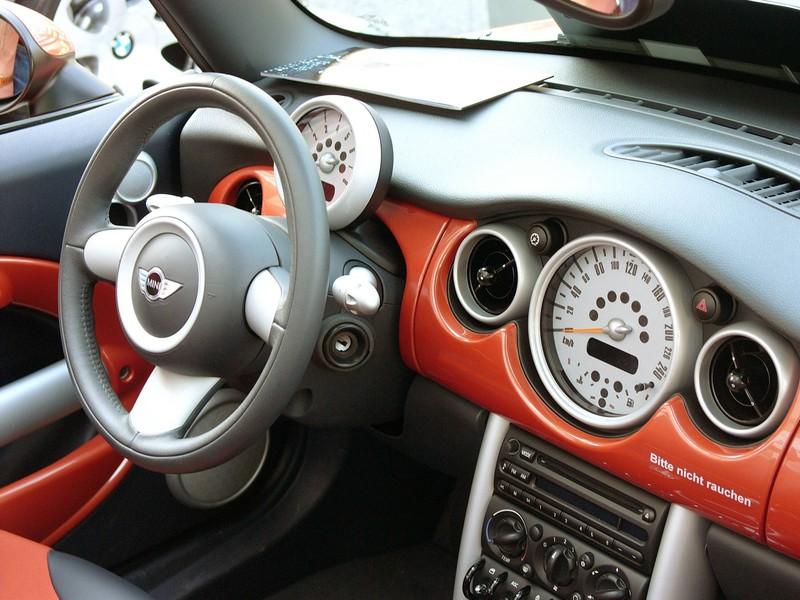 Zu sehen ist das Cockpit eines Mini-Autos.