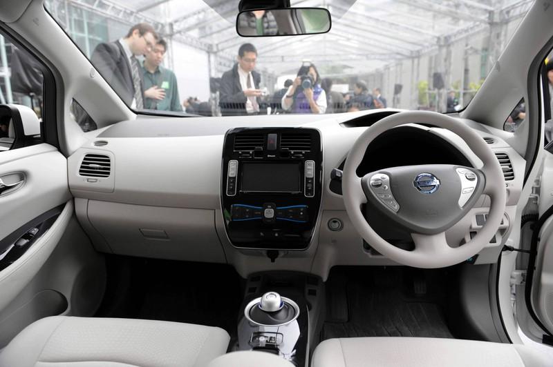 Zu sehen ist das Cockpit eines Nissan Leaf-Autos.