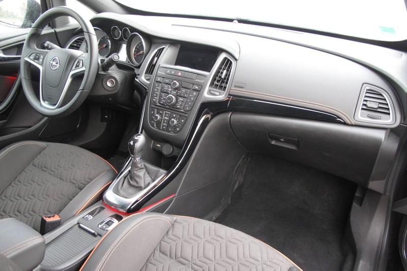 Zu sehen ist das Cockpit eines Opel Cascada Cabrio