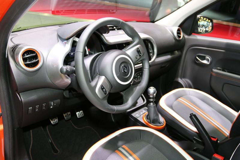 Zu sehen ist das Cockpit eines Renault Twingo GT