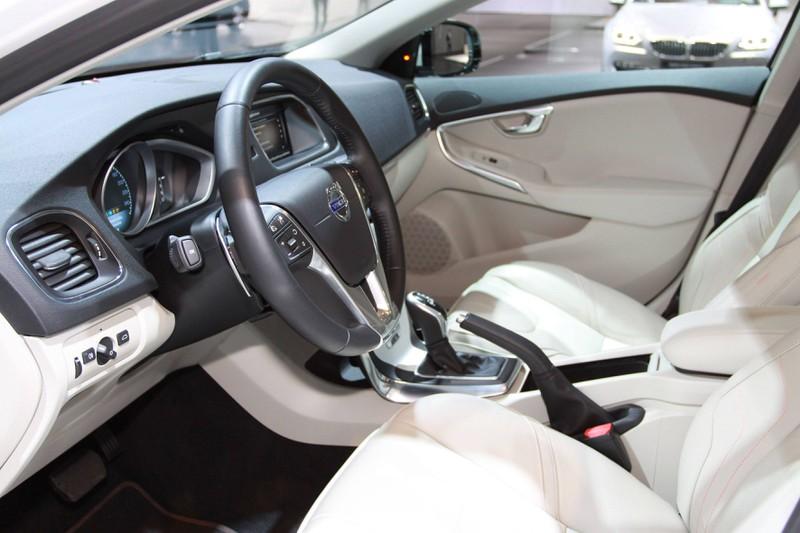 Zu sehen ist das Cockpit eines Volvo V40.