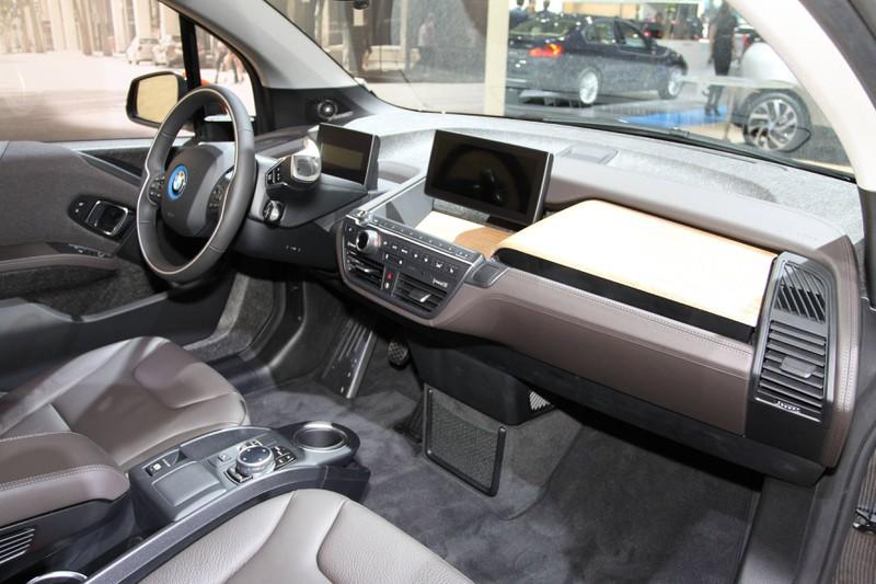 Zu sehen ist das Innere des Cockpits eines BMW-Autos