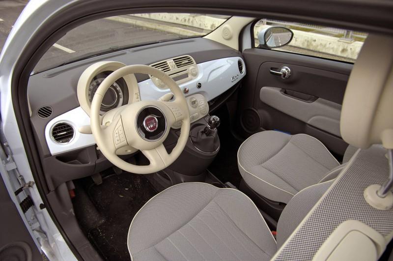 Zu sehen ist der Innenraum eines Autos.