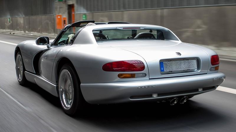 Zu sehen ist ein Dodge Viper-Auto, das auf der Straße fährt.