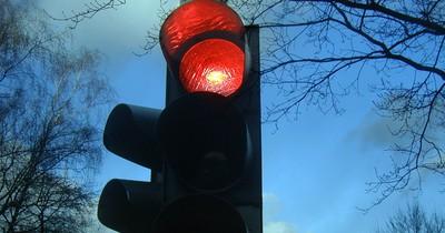 Rote Ampel: Kupplung treten oder nicht?