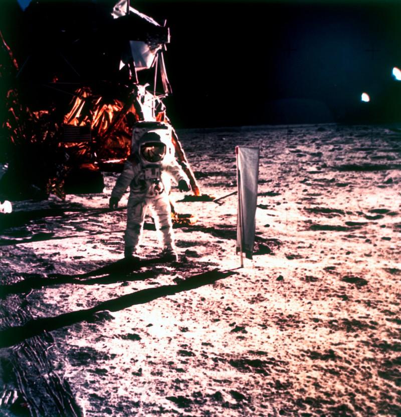 Fährt man mit einem Auto zum Mond, ist man vier Monate unterwegs.