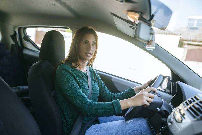Fast jeder Autofahrer genießt es, im Auto frei singen zu können.