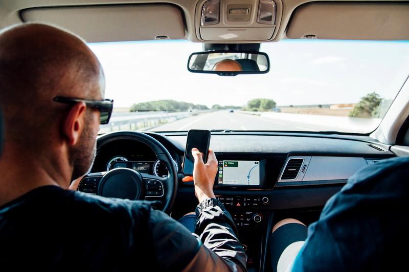 Ganze 10 Prozent aller Autounfälle passieren aufgrund von Ablenkungen, wie dem Verfassen einer Nachricht.