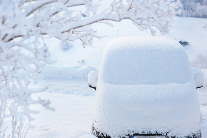 Ein Auto voller Schnee