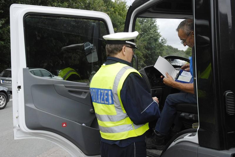 Bei der Verkehrskontrolle stellen Polizisten häufig viele Fragen und erwarten Antworten.