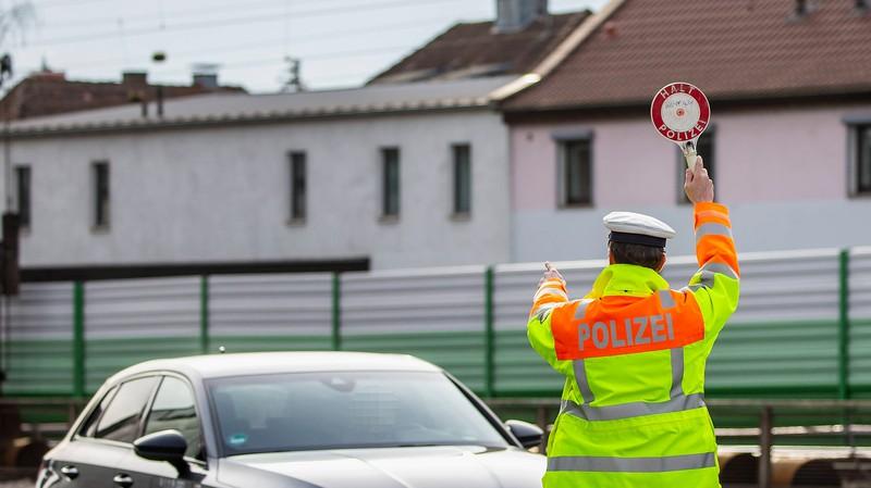 Wenn man zur Verkehrskontrolle gewunken wird, sollte man der Aufforderung der Polizei Folge leisten.