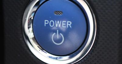Was passiert, wenn du den Start-Stop-Knopf während der Fahrt drückst?