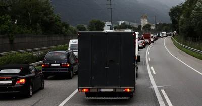 LKW blockiert Rettungsgasse: Aber wie geht es richtig?