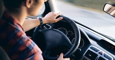 10 Fehler beim Autofahren, die die meisten machen