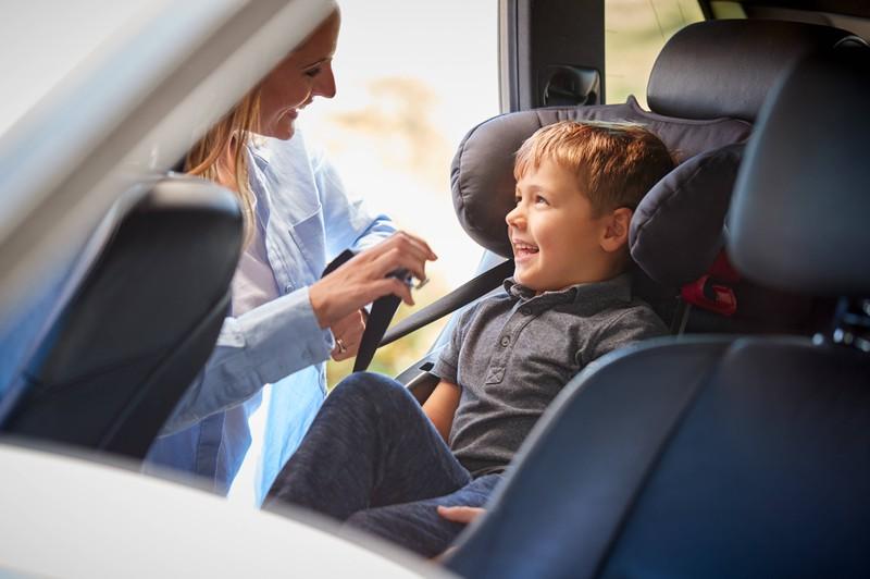 Die Auswahl des richtigen Kindersitzes ist beim Autofahren mit Kindern sehr wichtig.