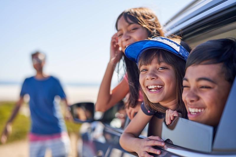 Wenn Kinder im Auto mitfahren, gibt es bei den Fenstern und Türen einiges zu beachten.