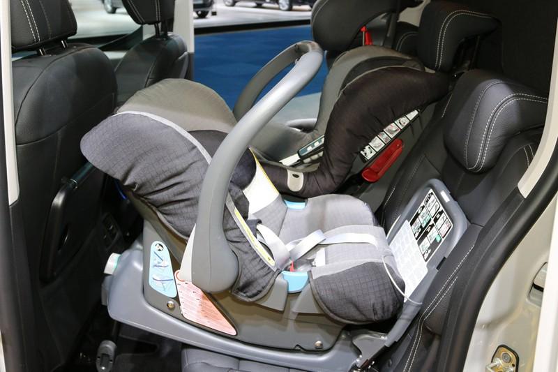 Zu sehen ist ein rückwärtsgerichteter Kindersitz fürs Auto.