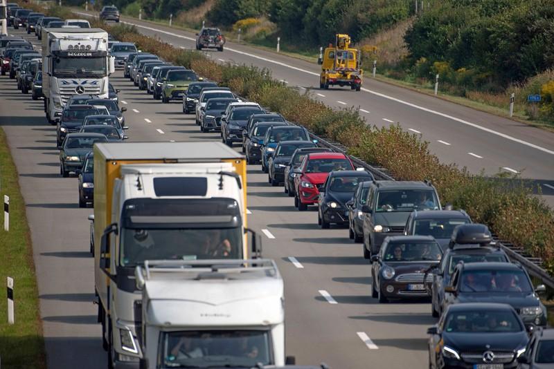Autos bilden auf der Autobahn während eines Staus die Rettungsgasse.