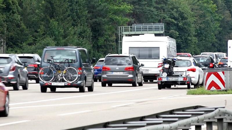 Fahren auf dem Standstreifen ist auch während des Staus verboten.