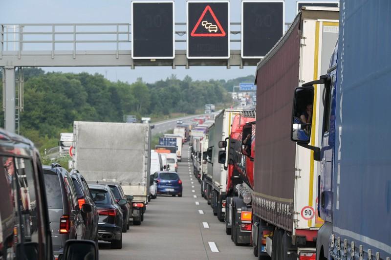 Viele Autofahrer wechseln im Stau ständig die Spur.