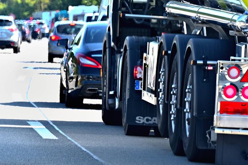 Zu sehen ist ein LKW, der dicht auf einen PKW auffährt.