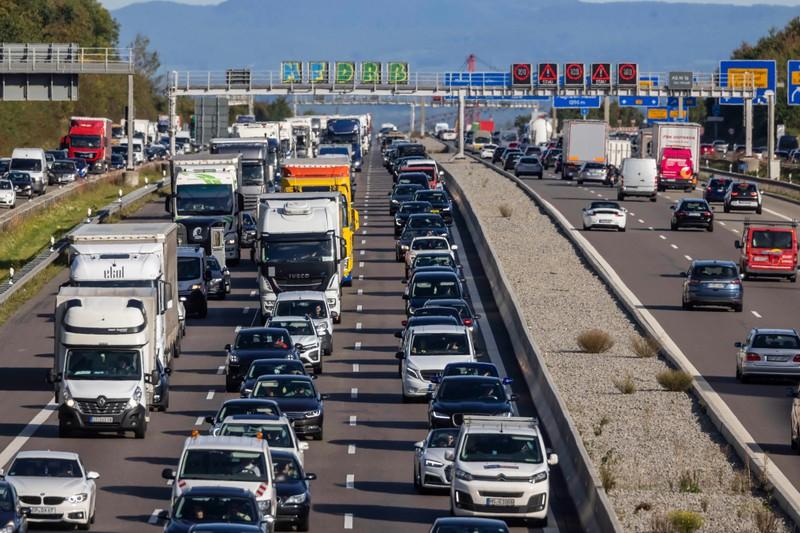 Zu sehen ist ein Verkehrsstau auf der Autobahn.