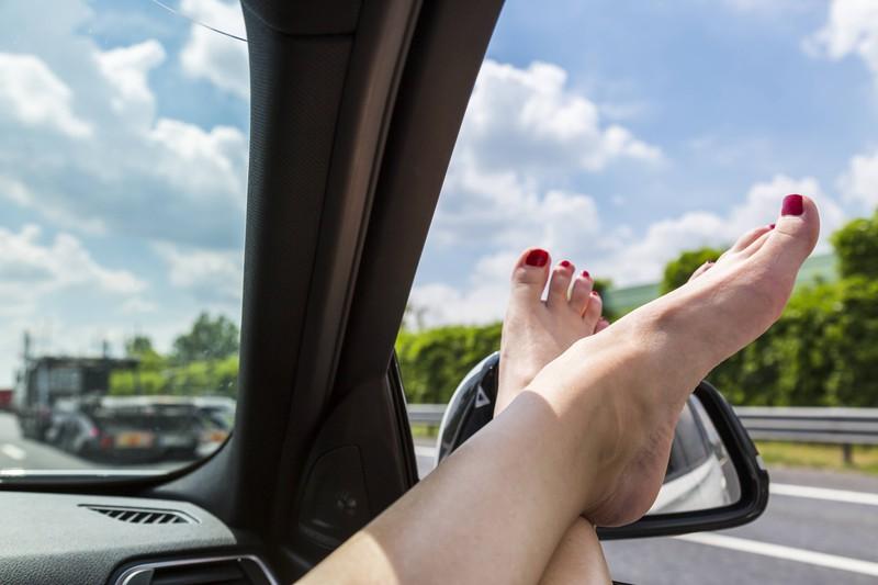 Barfuß darf man nicht Auto fahren? Das glauben viele