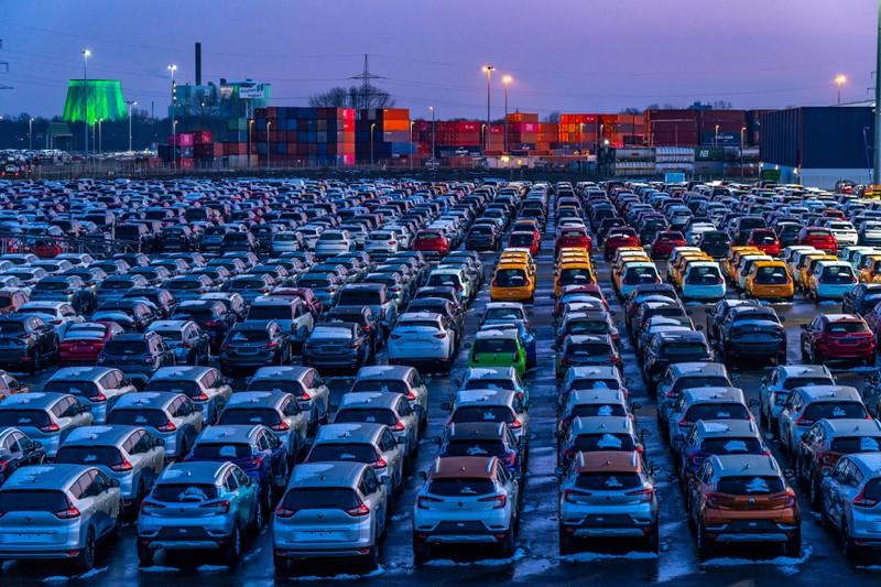 Die Deutschen kaufen sich viele Autos