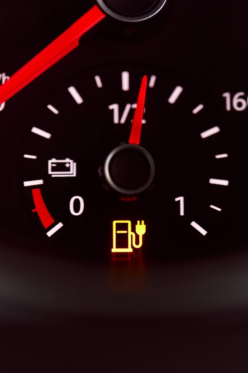 Wenn du einen fremden Wagen fährst, musst du den Tankdeckel vermutlich erst einmal suchen.