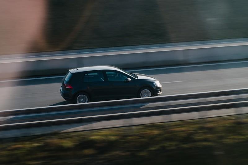 Dieses Bild zeigt ein Auto, das auf der Autobahn rast.