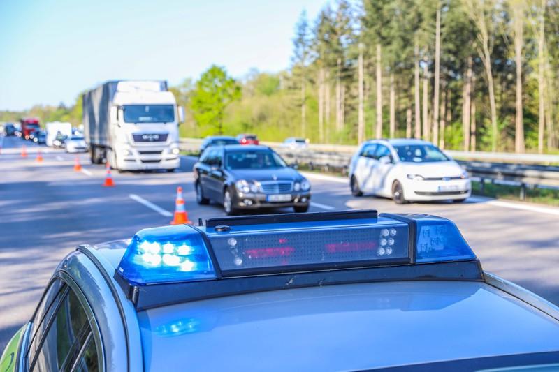 Dieses Bild zeigt ein Polizeiauto an einem Unfallort.