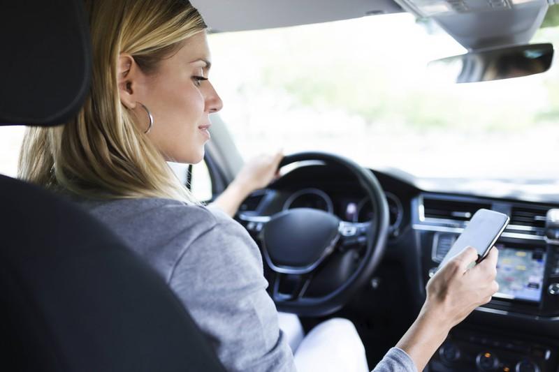 Viele schreiben Nachrichten während der Autofahrt, obwohl es verboten ist.