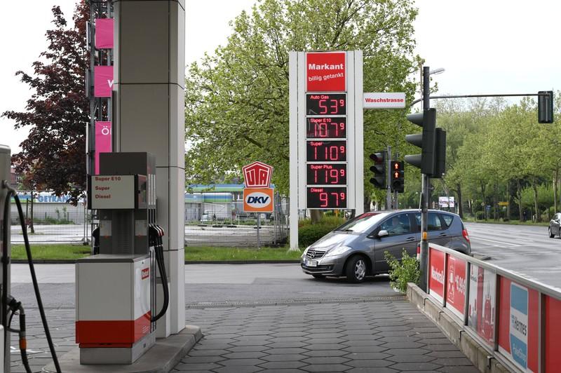 Auto, das an einer Zapfsäule einer Tankstelle steht