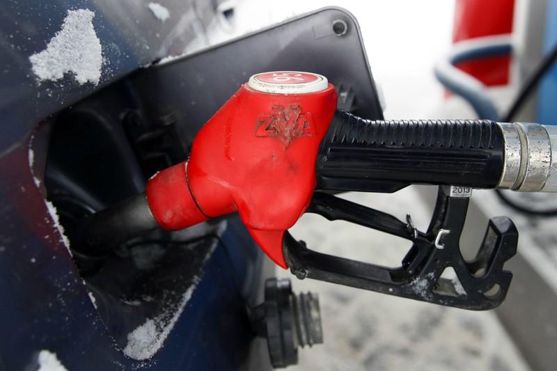 Auto, das Sprit an einer Tankstelle tankt