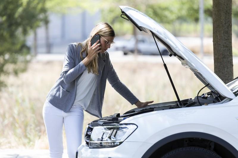 Man erkennt eine Frau die offenbar den ADAC Pannenhilfe anruft, da ihr Auto eine Panne hat. Sie muss aber erst im Frühjahr mit höheren Kosten rechnen