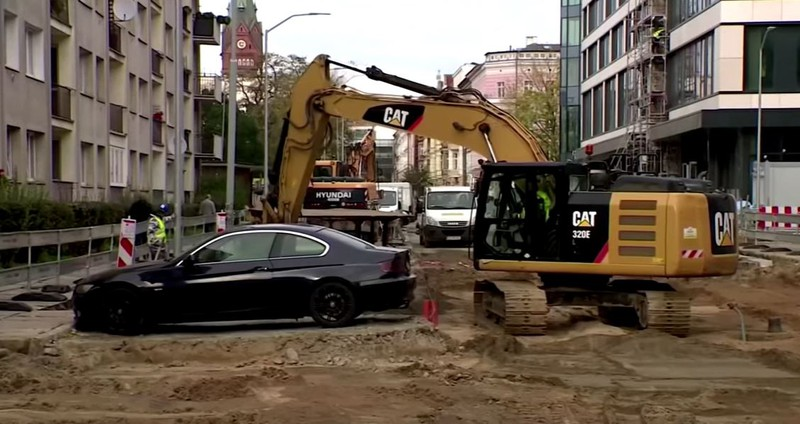 Bauarbeiter beschließen, einfach um den BMW herum zu baggern und die Fläche auf der der Wagen steht, nicht zu bearbeiten