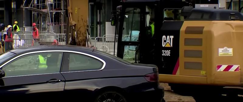 In Polen hat ein Auto auf einem Privatparkplatz geparkt und ein Baggerfahrer wusste nicht was er tun sollte denn er musste auf der Baustelle die genau auf dem parkenden Auto war, arbeiten