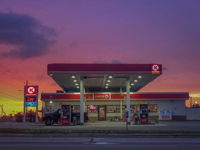 Ein Tankstellen Mythos besagt dass das Benzin am Montag Morgens immer am günstigsten ist.
