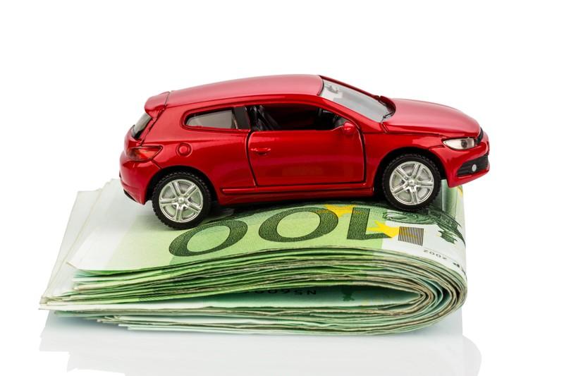 Auto, das auf Geldscheinen steht, was symbolisiert, dass man einiges sparen kann